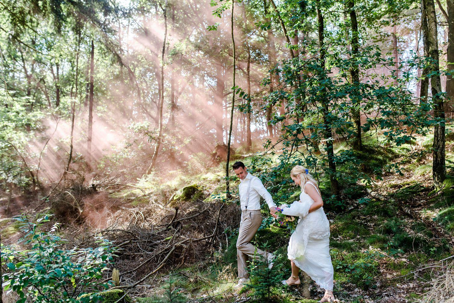 2-bruiloft-gasselte-de-kruimel-strand-standhuwelijk-bruidsboeket-veldboeket-aankleding-bloemist-taart-nakedcake-live-painter
