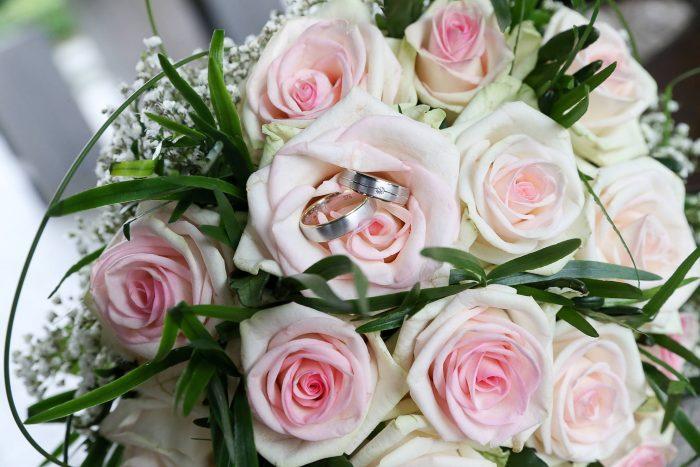 bruidsboeket-bruid-ophalen-bij-huis-autobloemstuk-trouwringen