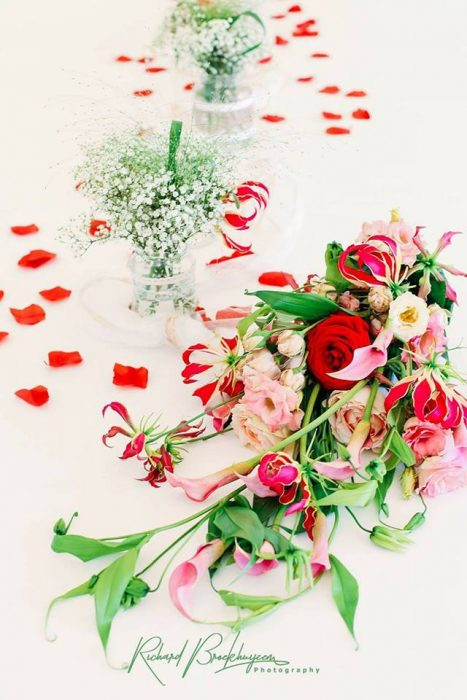 bruidsboeket-druppelmodel-richard-gloriosa-rode-roos-broekhuysen-photography