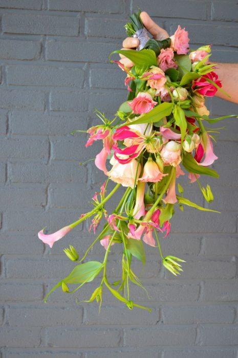 bruidsboeket-druppelmodel-richard-gloriosa-rode-roos-broekhuysen-photography-rode-roos