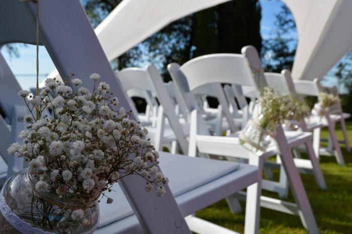 bruidsboeket-gloriosa-buinen-bloemist-trouwjurk-potjes-stoelen-trouwen-gangpad-witte-tent-trouwen-op-locatie