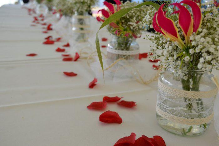 bruidsboeket-gloriosa-buinen-bloemist-trouwjurk-trouwen-op-locatie-tafelbloemstukjes