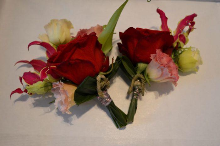 bruidsboeket-gloriosa-buinen-bloemist-trouwjurk-trouwen-op-locatie-tafelbloemstukjes-corsages