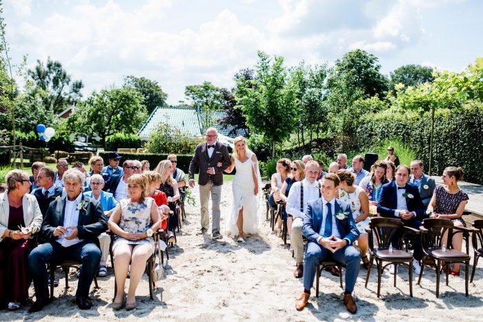 bruiloft-gasselte-de-kruimel-strand-standhuwelijk-bruidsboeket-veldboeket