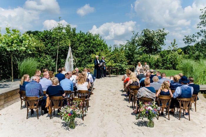 bruiloft-gasselte-de-kruimel-strand-standhuwelijk-bruidsboeket-veldboeket-aankleding-bloemist