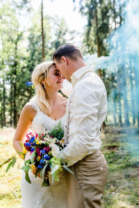 bruiloft-gasselte-de-kruimel-strand-standhuwelijk-bruidsboeket-veldboeket-aankleding-bloemist-rook-fotografie-anouk-wubs-bedum