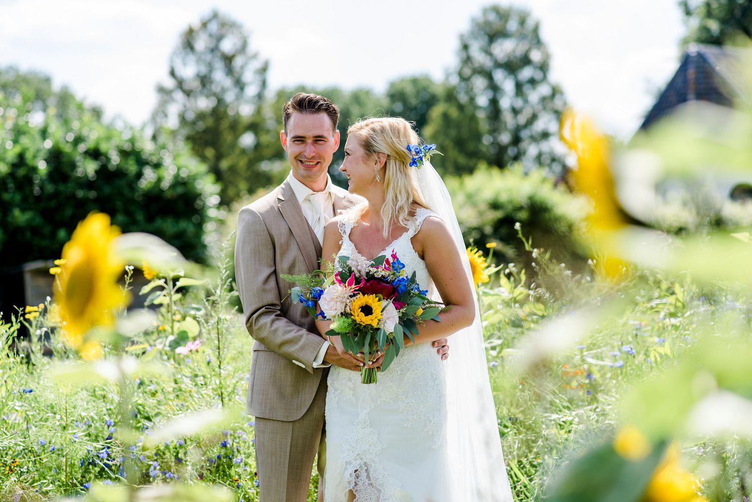 bruiloft-gasselte-de-kruimel-strand-standhuwelijk-bruidsboeket-veldboeket-aankleding-bloemist-taart-nakedcake-live-painter-zonnebloemen-veldbloemen
