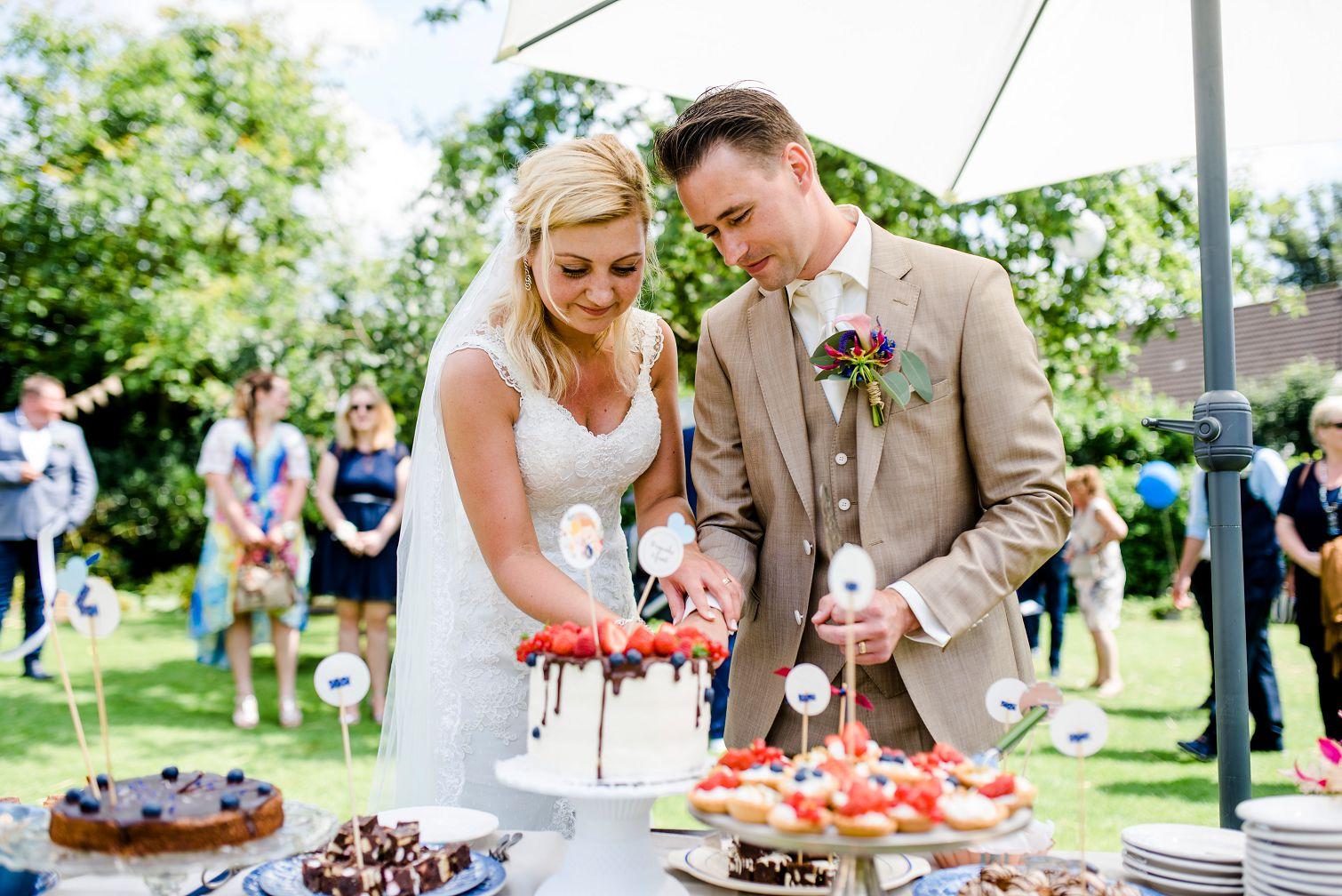 bruiloft-gasselte-de-kruimel-strand-standhuwelijk-bruidsboeket-veldboeket-aankleding-bloemist-taart-nakedcake