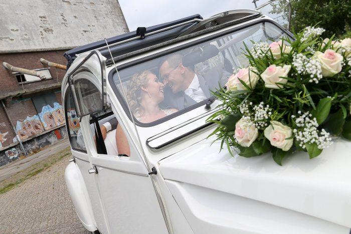 eend-renault-trouwauto-witte-roze-rozen-gipskruidautobloemstuk