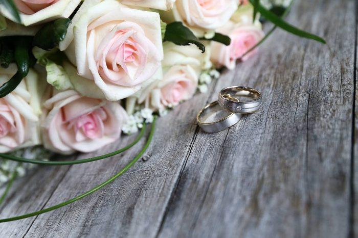 trouwringen-bruidsboeket-biedermeier-roze-witte-rozen-gipskruid