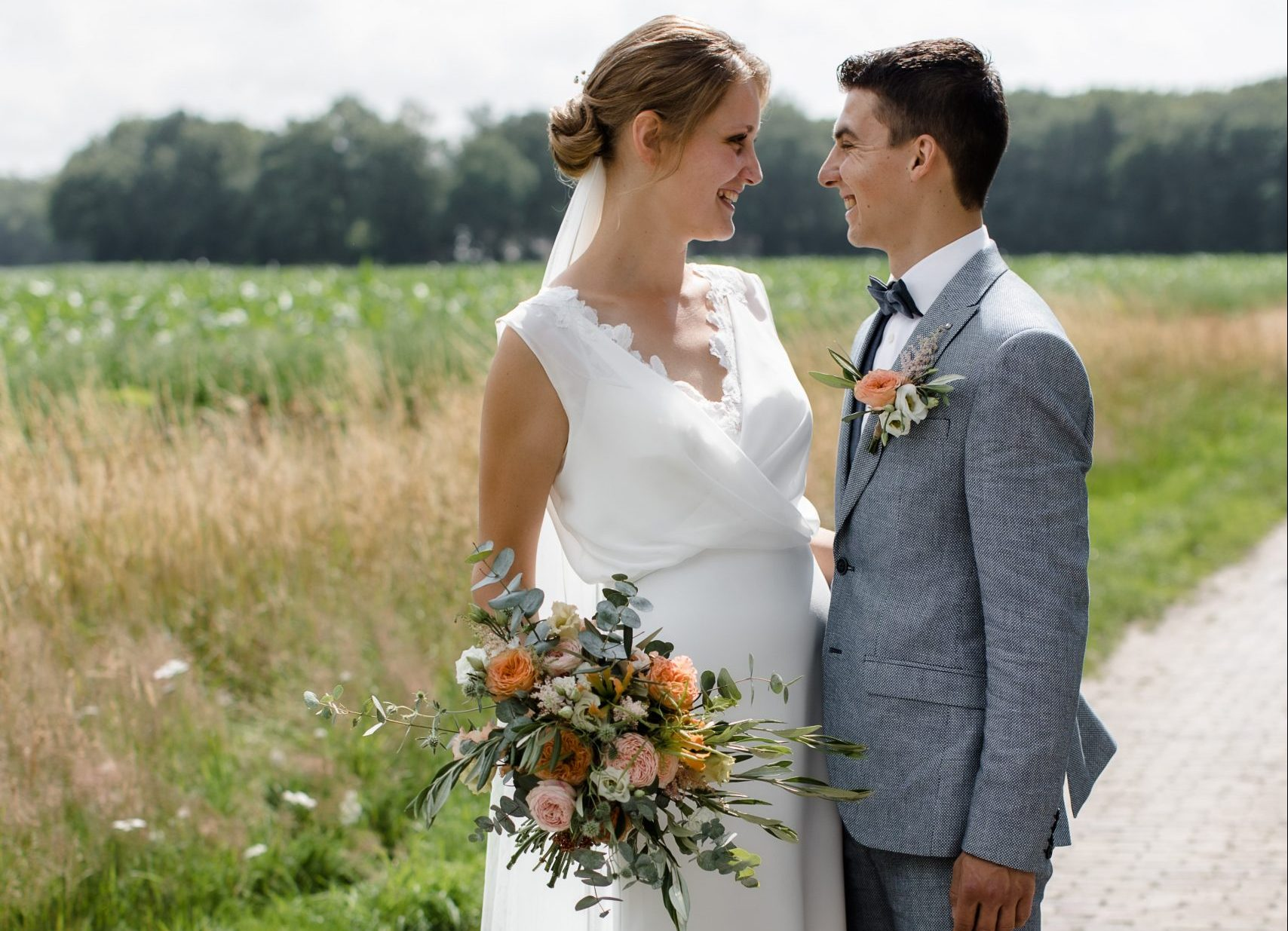 bruidegom-borger-bruidsbloemen-corsage-bruidegomscorsage-veldbloemen-eucalyptus-trouwen-in-drenthe-borger-bloemist